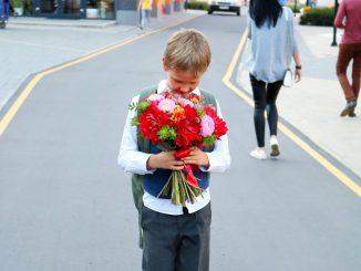 мальчик с цветами
